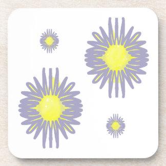 白い背景の4つの柔らかく青及び黄色の花 コースター