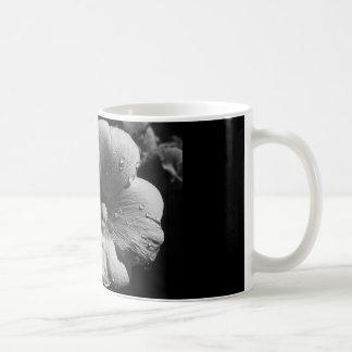 白い花が付いているコーヒー・マグ コーヒーマグカップ