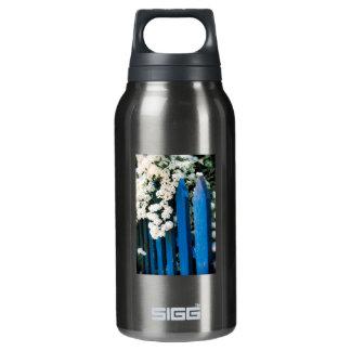 白い花が付いている青い塀 断熱ウォーターボトル