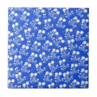 白い花が付いている青 タイル