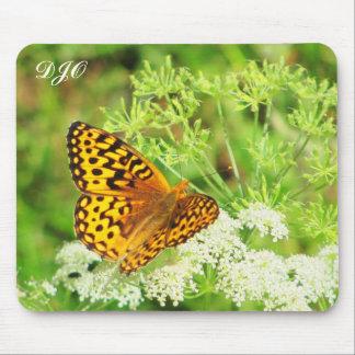 白い花で休んでいるオレンジおよび黒い蝶 マウスパッド