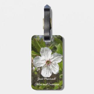 白い花の名前入りな新婚旅行の荷物のラベル ラゲッジタグ