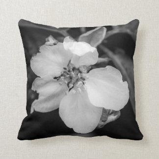 白い花の枕かクッション クッション