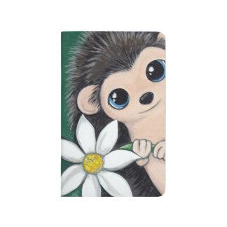 白い花の絵画を保持しているかわいいハリネズミ ポケットジャーナル
