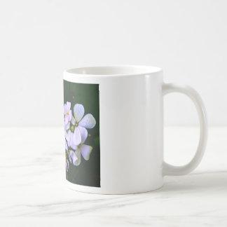 白い花びらを搭載するコーヒー・マグ コーヒーマグカップ