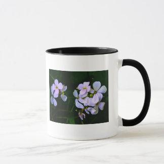 白い花びらを搭載するコーヒー・マグ マグカップ