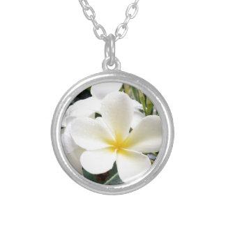白い花柄 シルバープレートネックレス