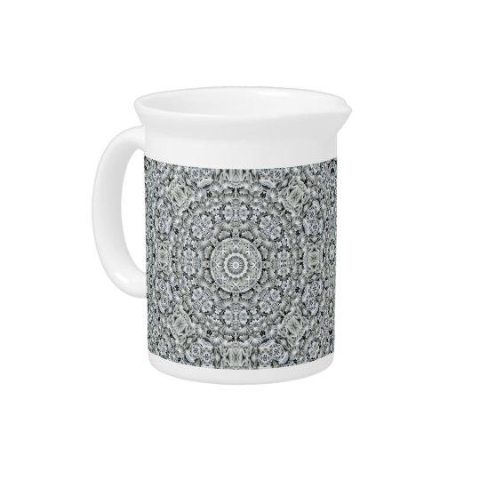 白い葉の万華鏡のように千変万化するパターンの   磁器の水差し ピッチャー
