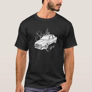 白い車との厳しくヨーロッパのBMW E30の黒 Tシャツ