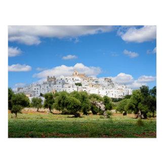 白い都市Ostuniおよびオリーブ、Pugliaの郵便はがき ポストカード