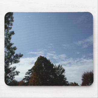 白い雲および木が付いている青空 マウスパッド