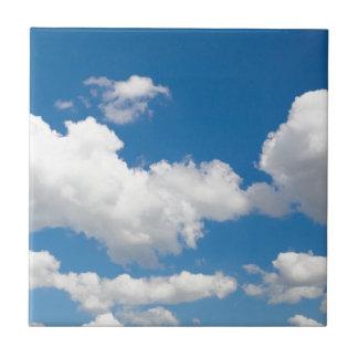 白い雲が付いている青空 タイル