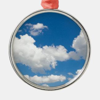 白い雲が付いている青空 メタルオーナメント