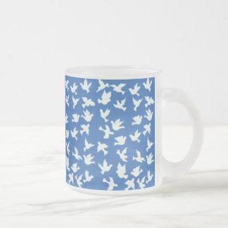 白い鳩の曇らされたガラスのマグ フロストグラスマグカップ