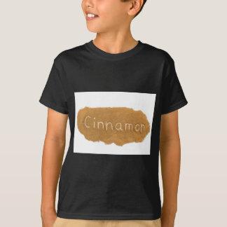 白いbackgrounのシナモンの粉で書かれて言い表わして下さい tシャツ