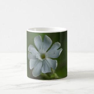白いCampionの野生の花の花柄のマグ コーヒーマグカップ