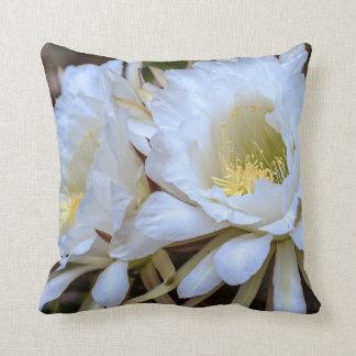 白いEchinopsisのサボテンの開花-枕 クッション