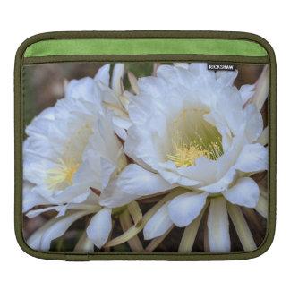 白いEchinopsisのサボテンの開花- iPadの袖 iPadスリーブ