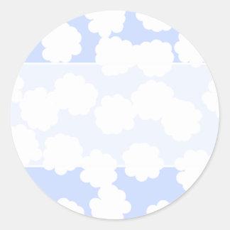 白およびスカイブルーの雲パターン ラウンドシール