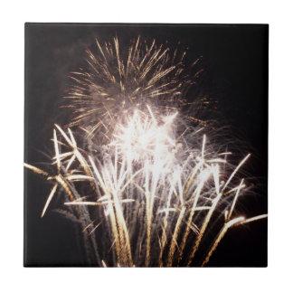 白および金ゴールドの花火Iの愛国心が強いお祝い タイル
