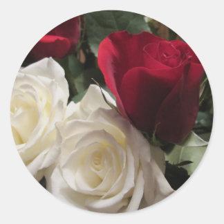 白くおよび赤いバラのステッカーの封筒用シール ラウンドシール