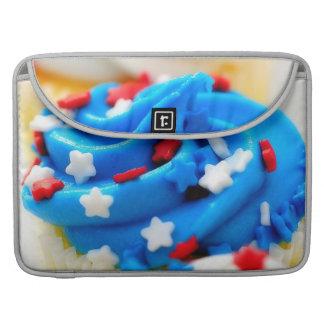 白くおよび青のカップケーキのMacBookの赤いプロ袖 MacBook Proスリーブ