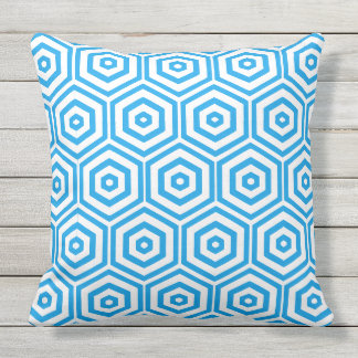 白くおよび青の六角形パターン クッション