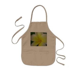 白くおよび黄色のFrangipaniの花 子供用エプロン