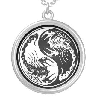 白くおよび黒い陰陽の蠍 シルバープレートネックレス