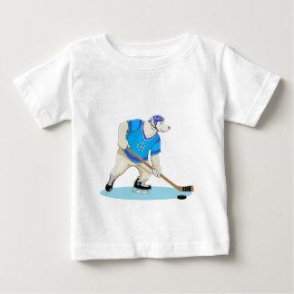 白くまのホッケー選手 ベビーTシャツ