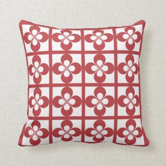 白く幾何学的な花柄のオーロラの赤 クッション