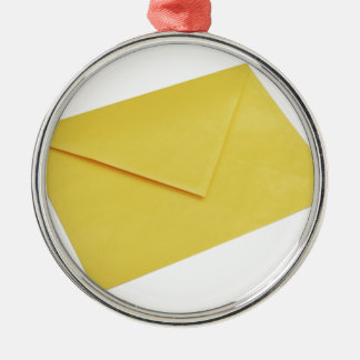 白で隔離される黄色い封筒 メタルオーナメント