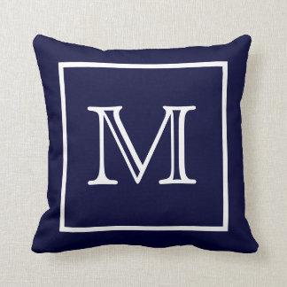 白によってモノグラムのアメリカ人のMoJoの組み立てられる青い枕 クッション