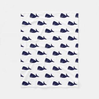 白のかわいく小さい濃紺のクジラパターン フリースブランケット