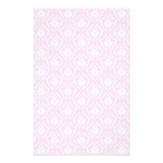 白のかわいらしい淡いピンクのダマスク織パターン チラシ
