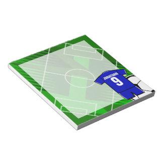 白のサッカージャージーの名前入りな青 ノートパッド