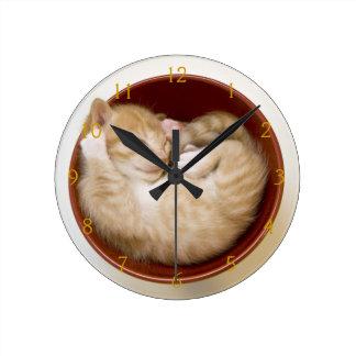 白のシンプルで赤いボールの睡眠の子ネコ ラウンド壁時計