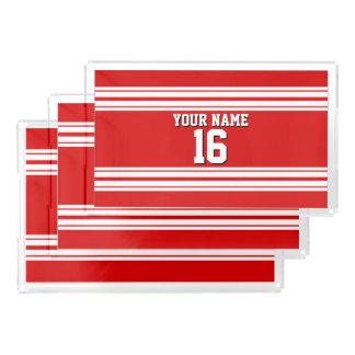 白のストライプのチームジャージーとのプレッピーでスポーティな赤 アクリルトレー