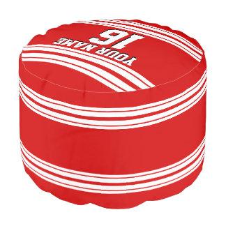 白のストライプのチームジャージーとのプレッピーでスポーティな赤 プーフ