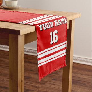 白のストライプのチームジャージーとのプレッピーでスポーティな赤 ロングテーブルランナー
