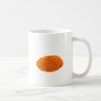白のスパイスのカイエンヌペパーの粉の積み重ね コーヒーマグカップ