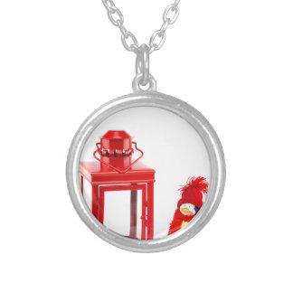白のペンギンの置物が付いている赤いランタン シルバープレートネックレス