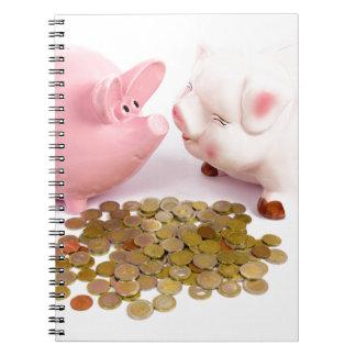 白のヨーロッパの硬貨が付いている2個の貯金箱 ノートブック