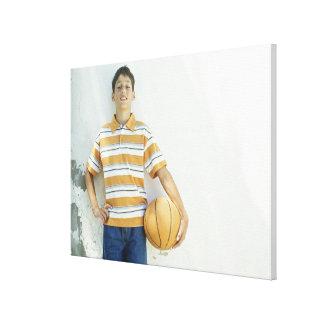 白の前に立っている男の子(12-13) キャンバスプリント