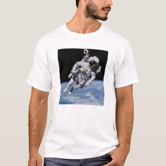 白の地球の上の宇宙の宇宙飛行士 Tシャツ