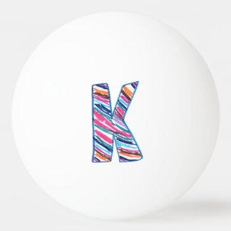 白の手で色づけされたストライプのな手紙K 卓球ボール