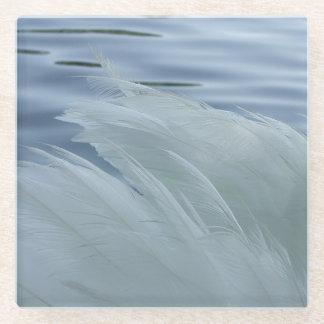 白の白鳥のコースターのクローズアップによっては羽が飛びます ガラスコースター