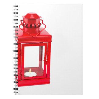 白の非常に熱いtealightが付いている赤いランタン ノートブック