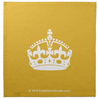 白は金ゴールドの背景の穏やかな王冠を保ちます ナプキンクロス
