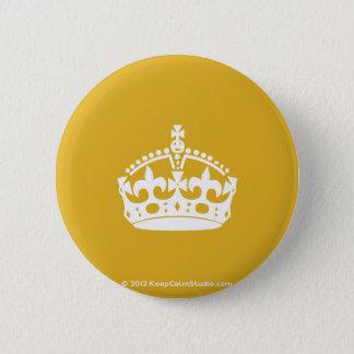 白は金ゴールドの背景の穏やかな王冠を保ちます 缶バッジ